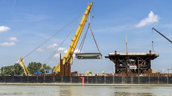 Helyére emelték az új komáromi Duna-híd első acélelemeit