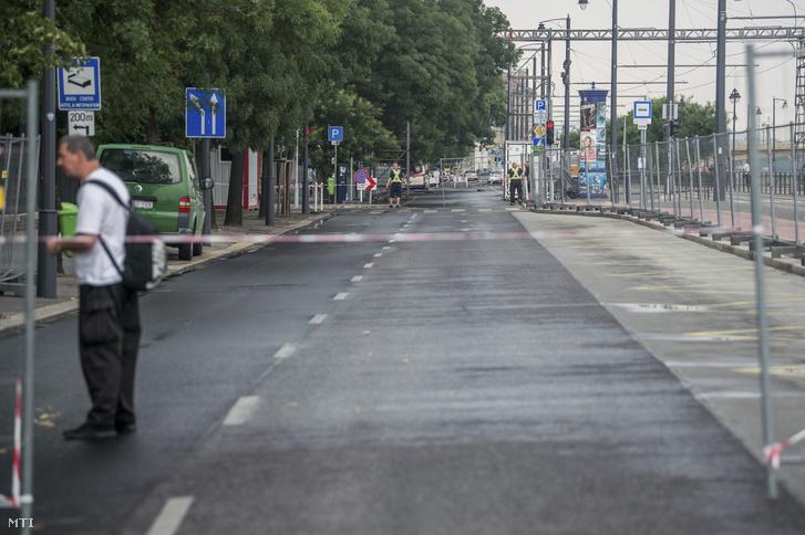 A forgalom elől lezárt fővárosi Bem rakpart a Batthyány tér és a Vitéz utca közötti részen 2018. június 10-én