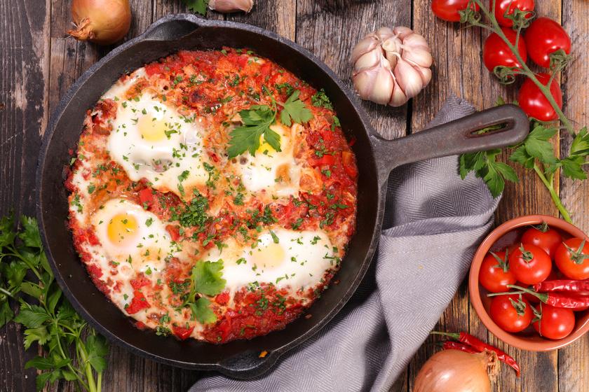 Az izraeli lecsó, a shakshuka tartalmas ebéd: a tojás kiváló fehérjeforrás, miközben a paradicsom, a padlizsán és a paprika alacsony FODMAP-tartalmú.