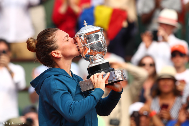 Halep a trófeával Roland Garros döntője után