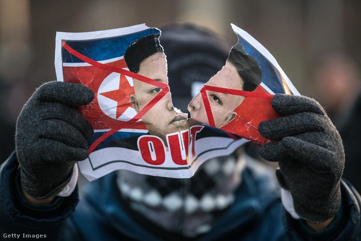 Tiltakozó egy Kim Dzsongun elleni tüntetésen Dél-koreában 2018 februárjában