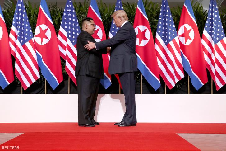 Trump meg is veregette a brutális kommunista diktátor vállát az első kézfogás után.