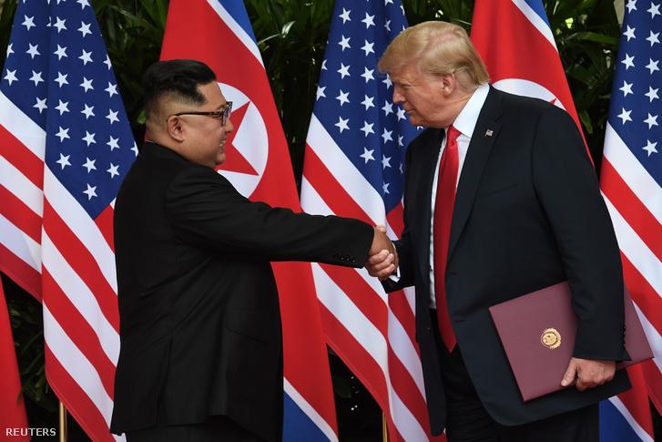 A találkozót záró kézfogásba Trump mindent beleadott.
