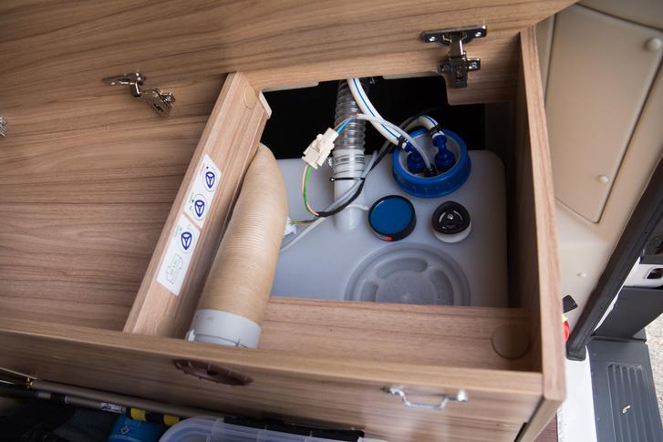 A tisztavíz tartályba 100 liter fér és az alsó ágy alatt kapott helyet