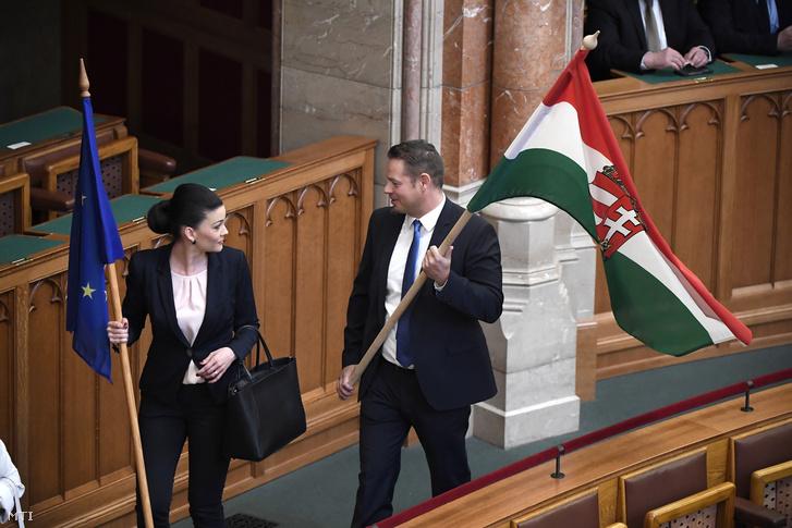 Demeter Márta és Keresztes László Lóránt, az LMP országgyűlési képviselői érkeznek egy uniós és egy magyar zászlóval kezükben az Országgyűlés alakuló ülésére az Országházban 2018. május 8-án