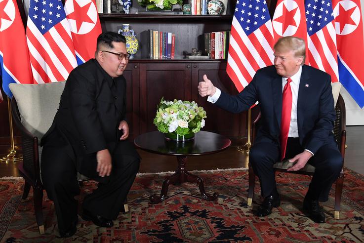 A hüvelykujjmutatás fontos motívum volt. Különösen azután, hogy Angela Merkellel kezet sem fogott az első találkozóján, a kanadai elnököt pedig gyengének nevezte néhány napja a G7-csúcson.