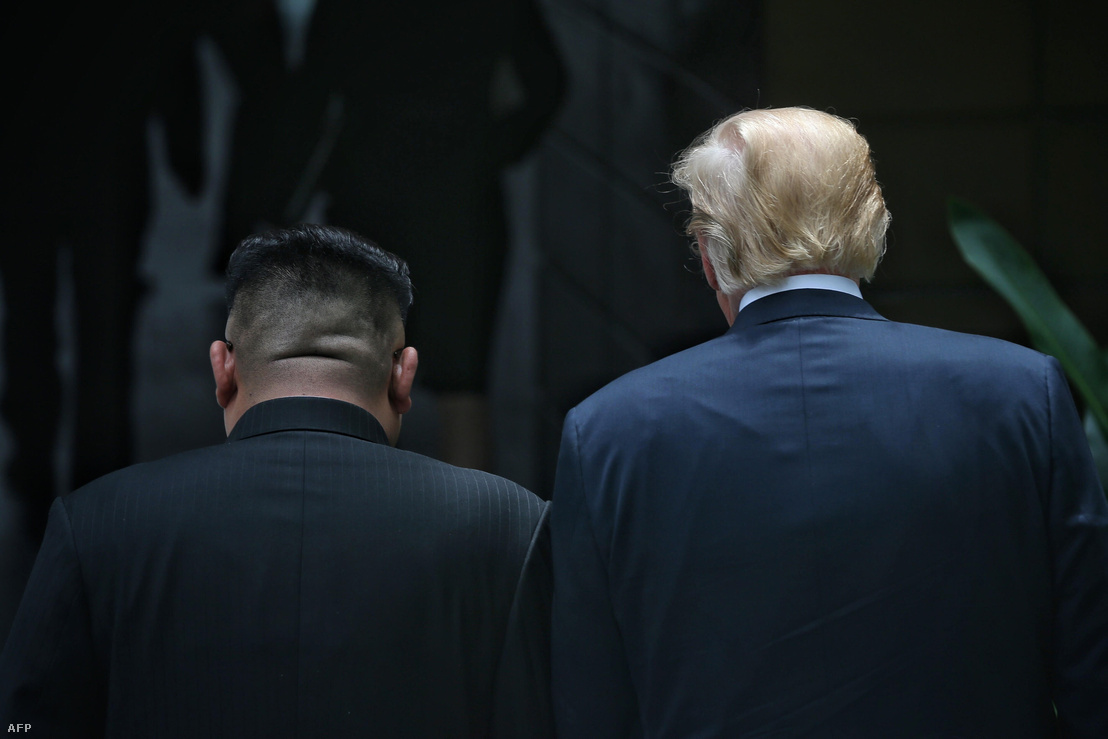 Ahogy azt várni lehetett, Donald Trump és Kim Dzsongun szingapúri találkozója tapogatózó jellegű volt, és ennek megfelelően a két vezető által aláírt dokumentum is inkább csak irányelveket tartalmaz – de a pár hónappal ezelőtti háborús retorikához képest előremutatónak tűnő irányelveket.