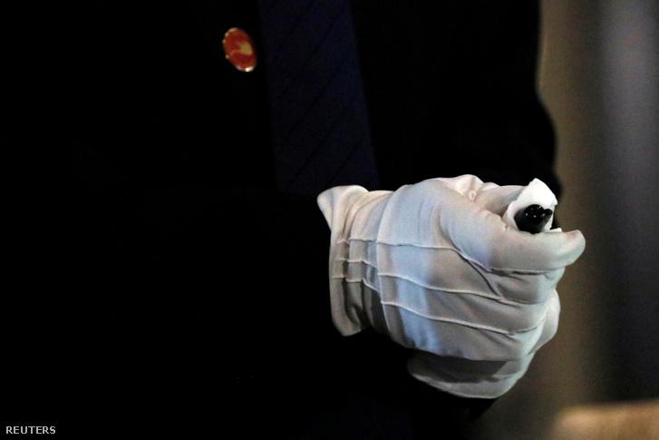 Egy észak-koreai biztonsági ember tisztítja le azt a tollat, amivel később Kim Dzsongun aláírta a megállapodást Donald Trumppal