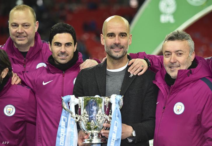 Pep Guardiola segédedzőivel, a kép jobb szélén Dominic Torrent