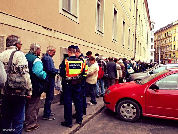 Ételosztás közben igazoltatnak hajléktalanokat a rendőrök, a Blaha Lujza téren 2013. nyarán.