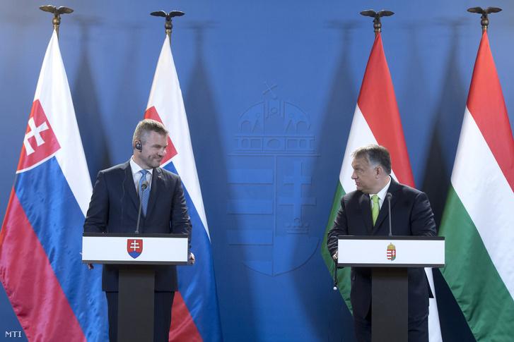 Orbán Viktor miniszterelnök (j) és Peter Pellegrini szlovák miniszterelnök