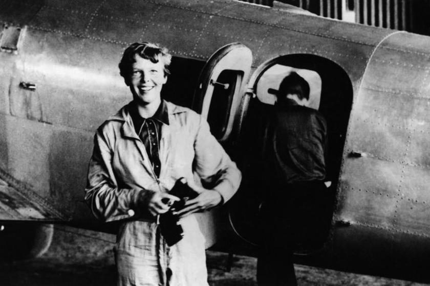 Amelia Earhart: a női pilóta célja a Föld megkerülése volt, azonban örökre nyoma veszett. Utolsó üzenetében megemlíti, hogy fogytán az üzemanyag, a roncsokat azonban hiába keresik az 1937-es felszállás óta.