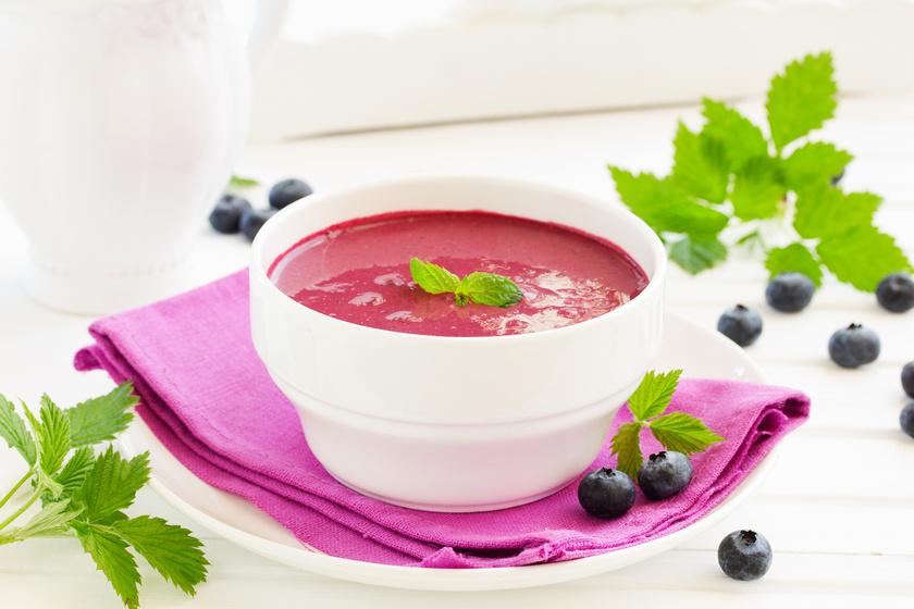 Bogyós gyümölcsökből villámgyorsan összedobhatsz egy nagy adag, kellemesen savanykás levest. Az áfonya, a málna, a szeder és a meggy is remek alap lehet. Az élénk színű, zamatos gyümölcsleves tetejére habgaluskát is főzhetsz.