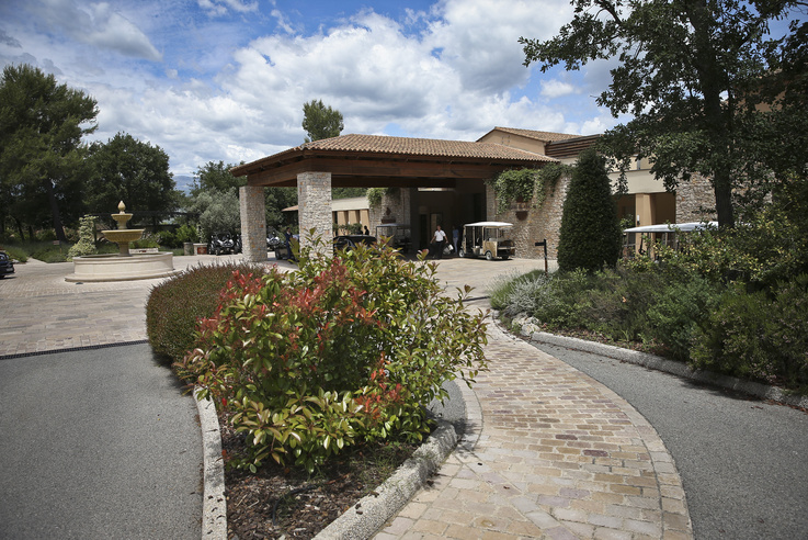 A magyar csapat szálláshelye az Európa-bajnokság idején a Terre Blanche, a provance-i luxusszálloda és golfklub volt. Az MLSZ segítségével az Index 2016-ban körbenézhetett a szálláshelyen, a szobákba azonban nem léphettünk be.