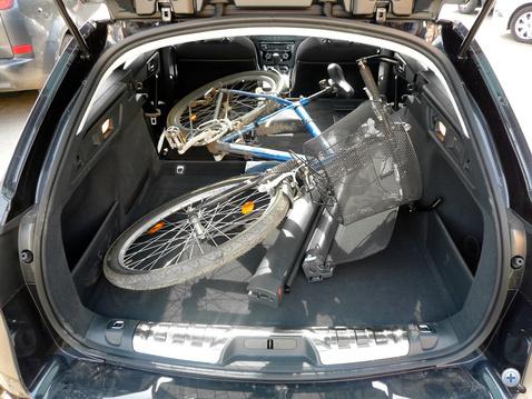 A Peugeot-ba nehezen fér be a bringa, ügyeskedni kell