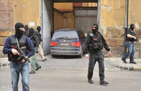 A több rendbeli gyilkossággal, valamint az Aranykéz utcai robbantással vádolt Jozef Roháčot 2009. február 13-án hozták Budapestre. (Fotó: Koszticsák Szilárd)