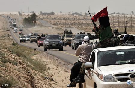 A felkelők szerdán is folyamatosan szorultak vissza Bengázi felé és adták fel az előző hétvégén Kadhafi erőinek visszavonulásával megszerzett városokat