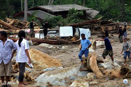A heves viharokkal járó ítéletidő miatt nemcsak a szigeteken, de a magyarok által is kedvelt dél-thaiföldi tartományokban folyók és tározók áradtak ki