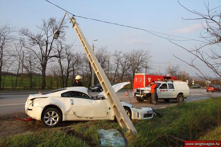 A sportkocsi nekicsapódott az oszlopnak / Fotó: Székesfehérvári tűzoltóság