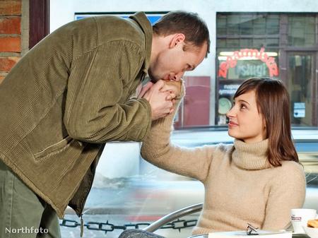 1. A férfi kezet csókol