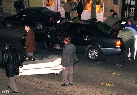 Fenyő Jánost, a VICO Rt. elnök-vezérigazgatóját február  1998. február 11-én délután lelőttek Budapesten, a II. kerületi Margit utcában. (Fotó: Mihádák Zoltán)