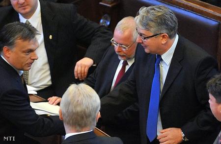 Orbán Viktor kezet fog Pesti Imrével (Fotó: Kovács Tamás)