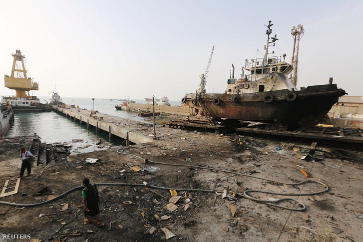 Bombatámadás nyomai Hodeida kikötőjében 2018 május 27-én