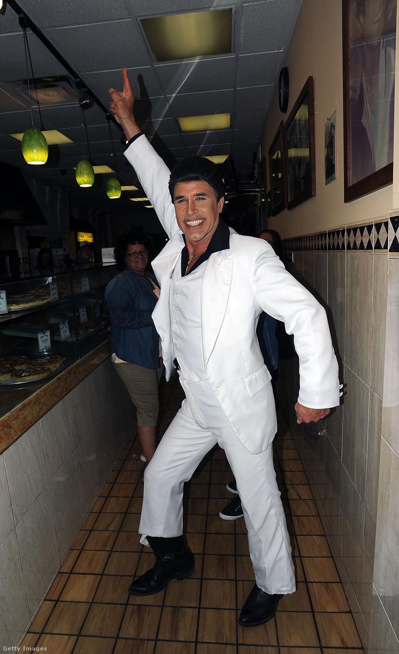 Ott volt egy Travolta-hasonmás is, ő még pontosabban utánozta le a pózt.