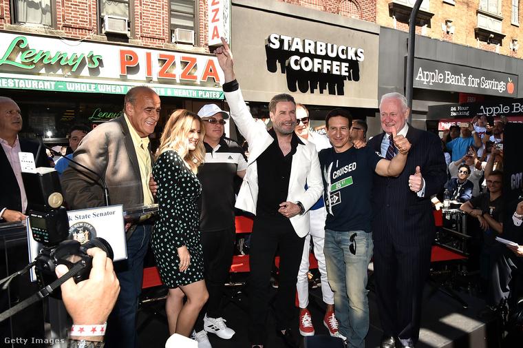 Emlékezve Travolta első kiugróan nagy sikerére, a Szombat esti lázra, a most 64 éves színész bedobta a filmből ismert ikonikus pózt.