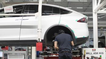 Dolgozóinak 9 százalékát kirúgja a Tesla