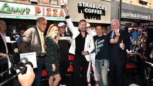 John Travolta újra az ikonikus pózban feszített