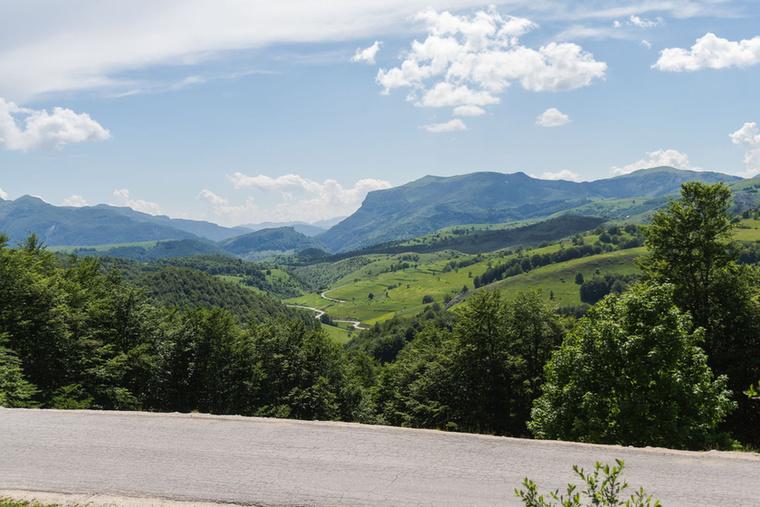 A hegyek között igazi autós-motoros paradicsomba futottunk