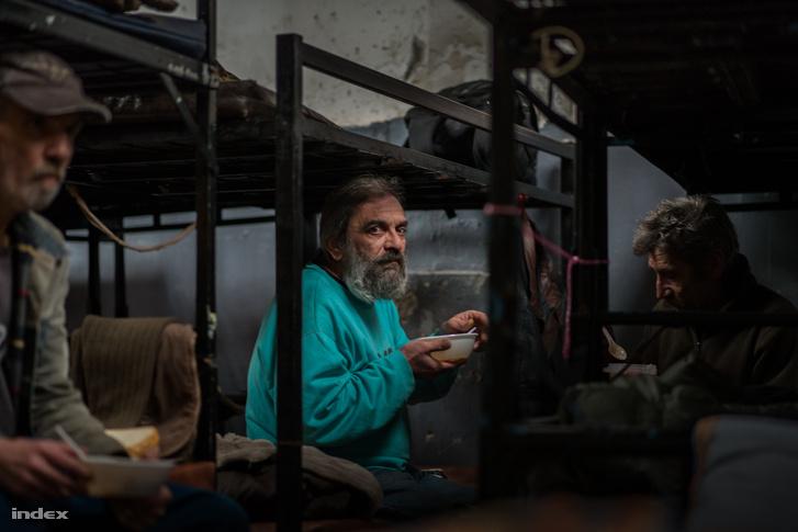 Hajléktalanok a Menhely Alapítvány Dankó utcai szállóján