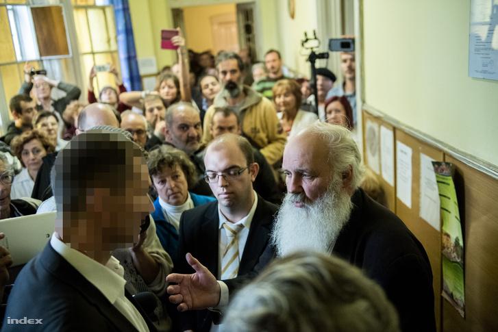 Iványi Gábor az Oltalom Karitatív Egyesület elnöke az V. kerületi, József nádor téri, 64 férőhelyes női átmeneti hajléktalanszálló tervezett bezáratása elleni megmozduláson, 2016. október 3-án.