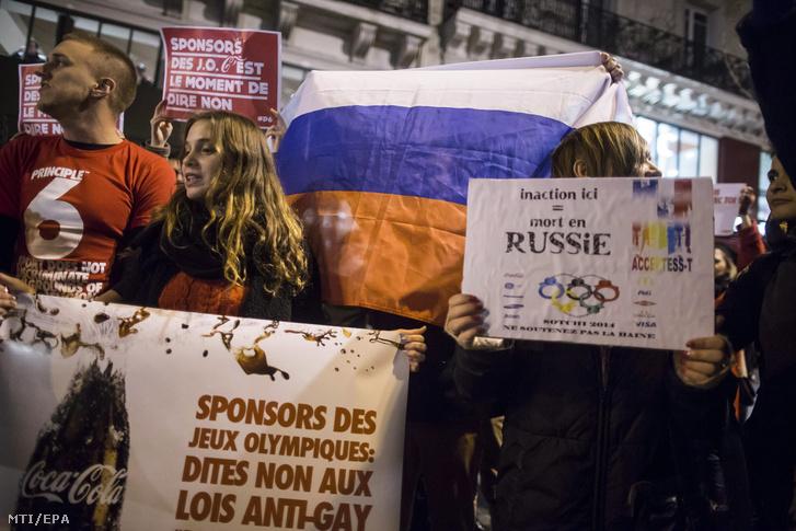 Melegjogi aktivisták tüntetnek a homoszexuálisokat diszkrimináló orosz törvények ellen a londoni kormányfői rezidencia a Downing Street 10. közelében 2014. február 5-én két nappal a XXII. téli olimpiai játékok kezdete előtt.