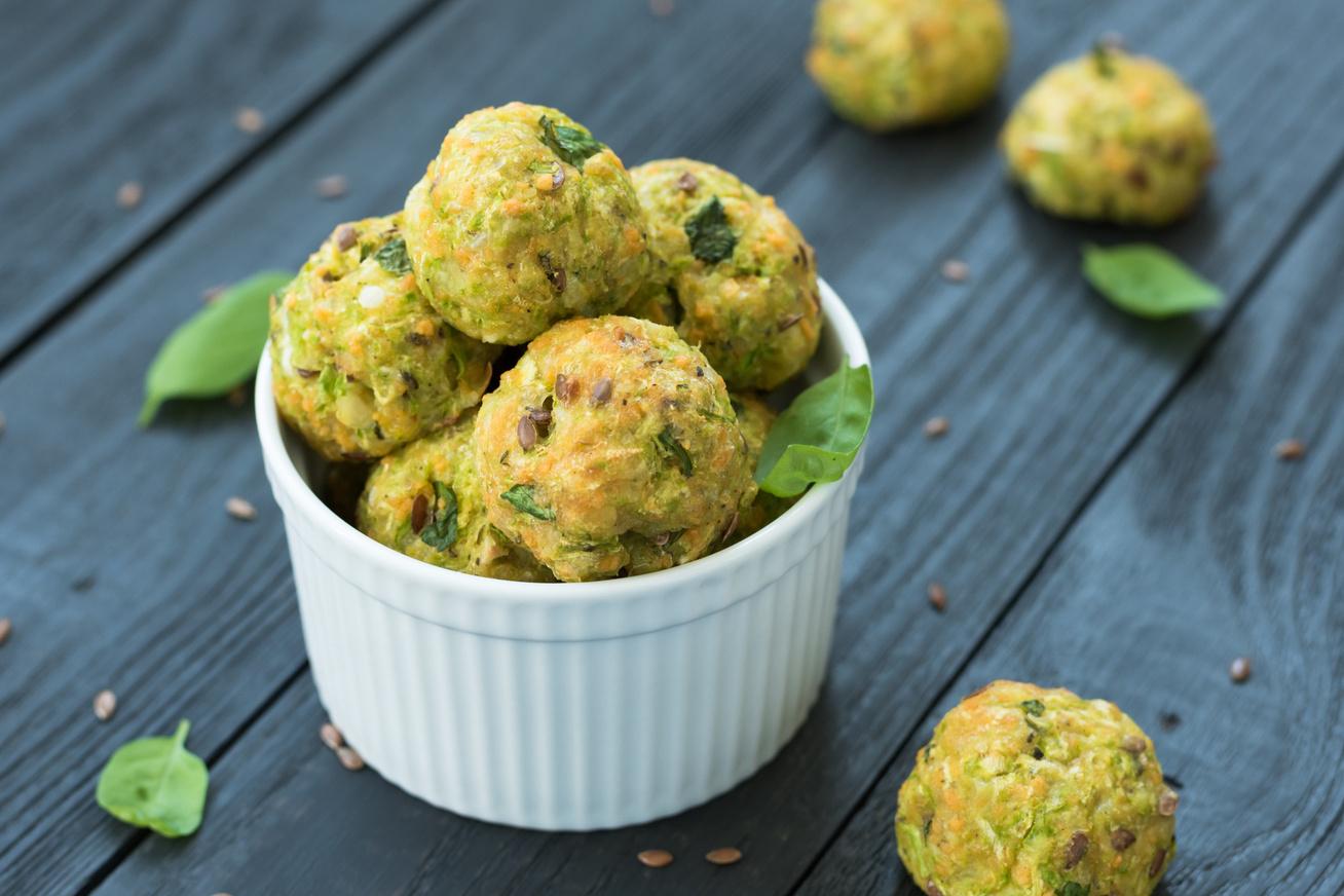 Parmezános, fűszeres cukkinigolyók: húsmentes, karcsúsító finomság