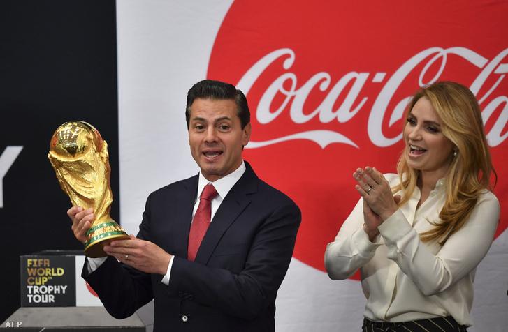 Enrique Pena Nieto mexikói elnök a világbajnokság trófeájával