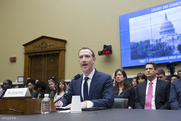 Mark Zuckerberg, a Facebook közösségi portál társalapító-vezérigazgatója a washingtoni törvényhozás épületében a Capitoliumban 2018. április 11-én, a kétnapos kongresszusi meghallgatásának második napján.
