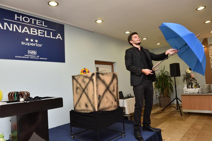 Bűvész-show a Hotel Annabellában.