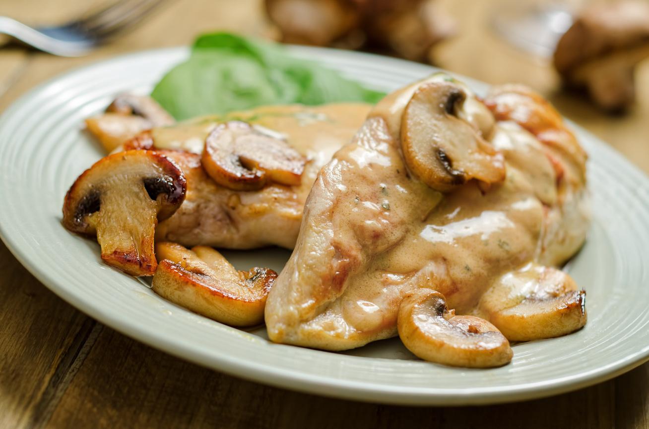 Szaftos csirkemell fehérboros, gombás szósszal sütve: igazi ízkavalkád