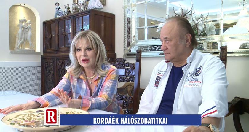Balázs Klári és Korda György az étkezőjükben adtak interjút, ami egy légtérben található a konyhával és a nappalival.