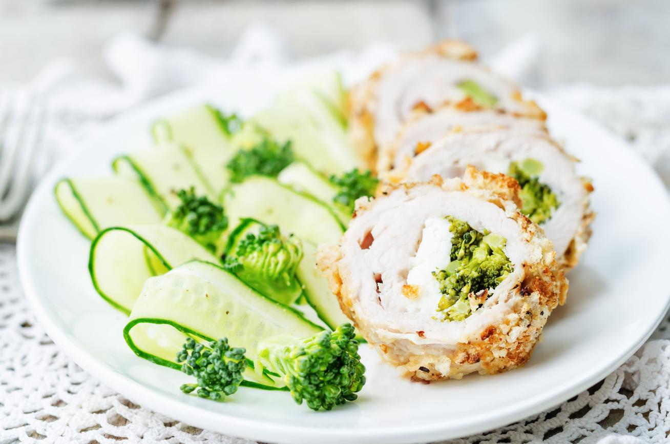 Brokkolis-sajtos csirke zsemlemorzsában, sütőben sütve - Göngyölve még jobb