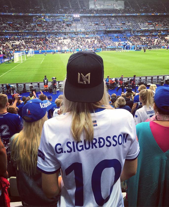 A lány majdnem minden meccsére elkíséri a focistát, és megosztja a világgal, ha egy mérkőzés után épp nagyon büszke rá.
