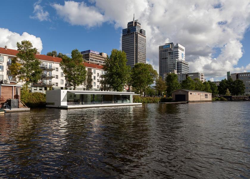 Az üveghomlokzatnak hála a tervek eredménye egy modern vízi villa lett, páratlan kilátással a városra és a folyóra.