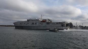 Nem tud hol kikötni egy migránsokat mentett amerikai hadihajó