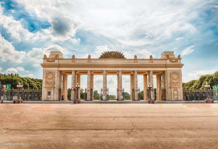 A moszkvai Gorkij Park jó idő esetén számos kikapcsolódási lehetőséget kínál: szabadtéri tánctanfolyamokat, jóga és fitness órákat, de lehetőséged van röplabdázni, ping-pongozni, görkorcsolyázni, gördeszkázni, vagy biciklizni is, sőt csónakot is bérelhetsz