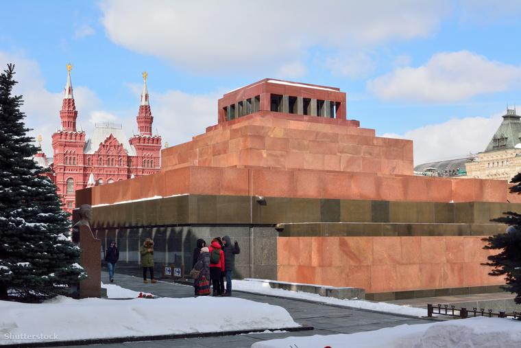 A Lenin-mauzóleumban található üveg szarkofág, ami Vlagyimir Lenin bebalzsamozott testét rejti, először 1924-ben került a nagyközönség elé, azóta évente 2,5 millió látogatót vonz