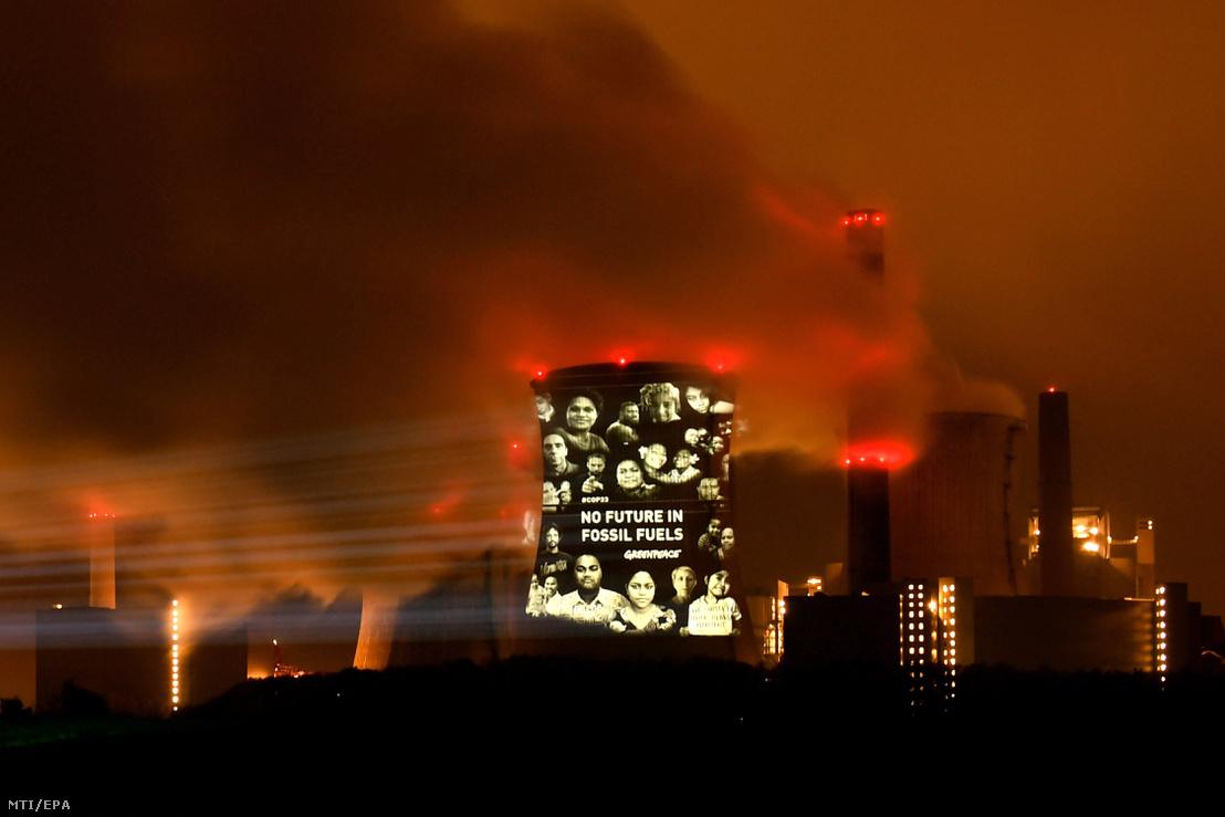 """""""A fosszilis energiahordozóknak nincs jövője"""" jelentésű fényfeliratot vetít a Neurath szénerőműre a Greenpeace nemzetközi környezetvédő szervezet a nyugat-németországi Grevenbroich településnél, az ENSZ 23. nemzetközi klímakonferenciájának (COP 23) otthont adó Bonntól 60 kilométerre 2017. november 10-én hajnalban."""