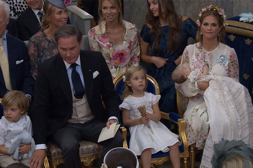 Itt a kis hercegnő még ült, de a tekintetén látszott, mennyire nem élvezi a helyzetet.