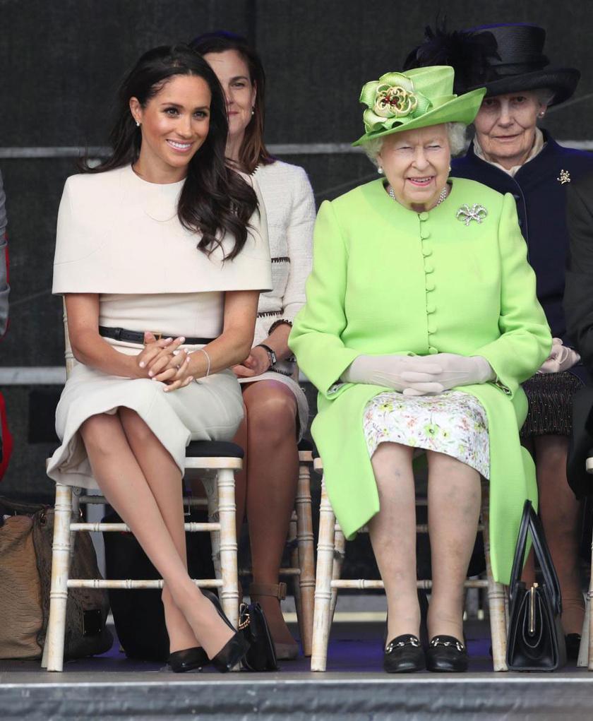 Meghan hercegné egy krémszínű Givenchy-ruhát, míg II. Erzsébet egy zöld Stewart Parvin-kosztümöt viselt.